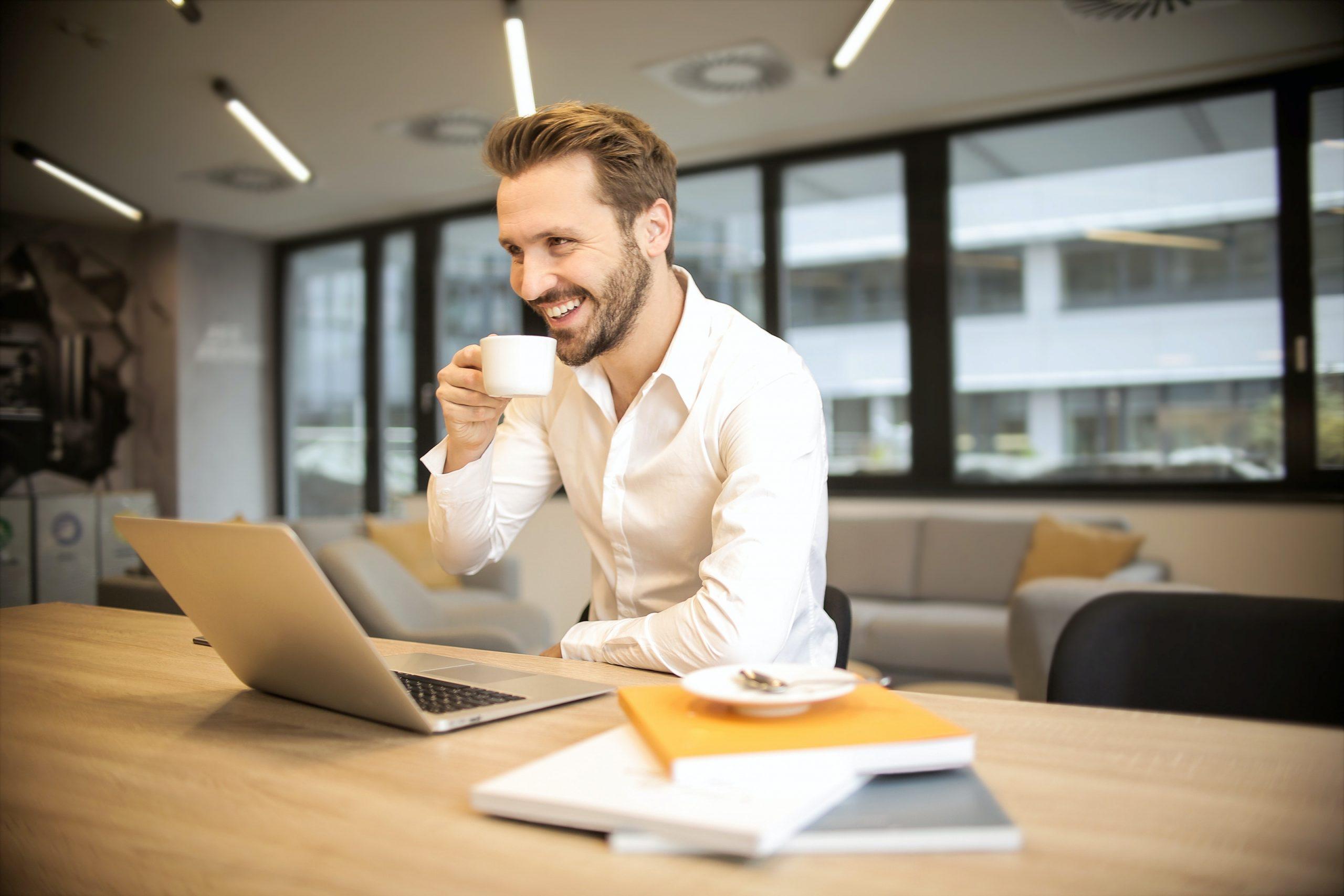 Un hombre feliz buscando trabajo