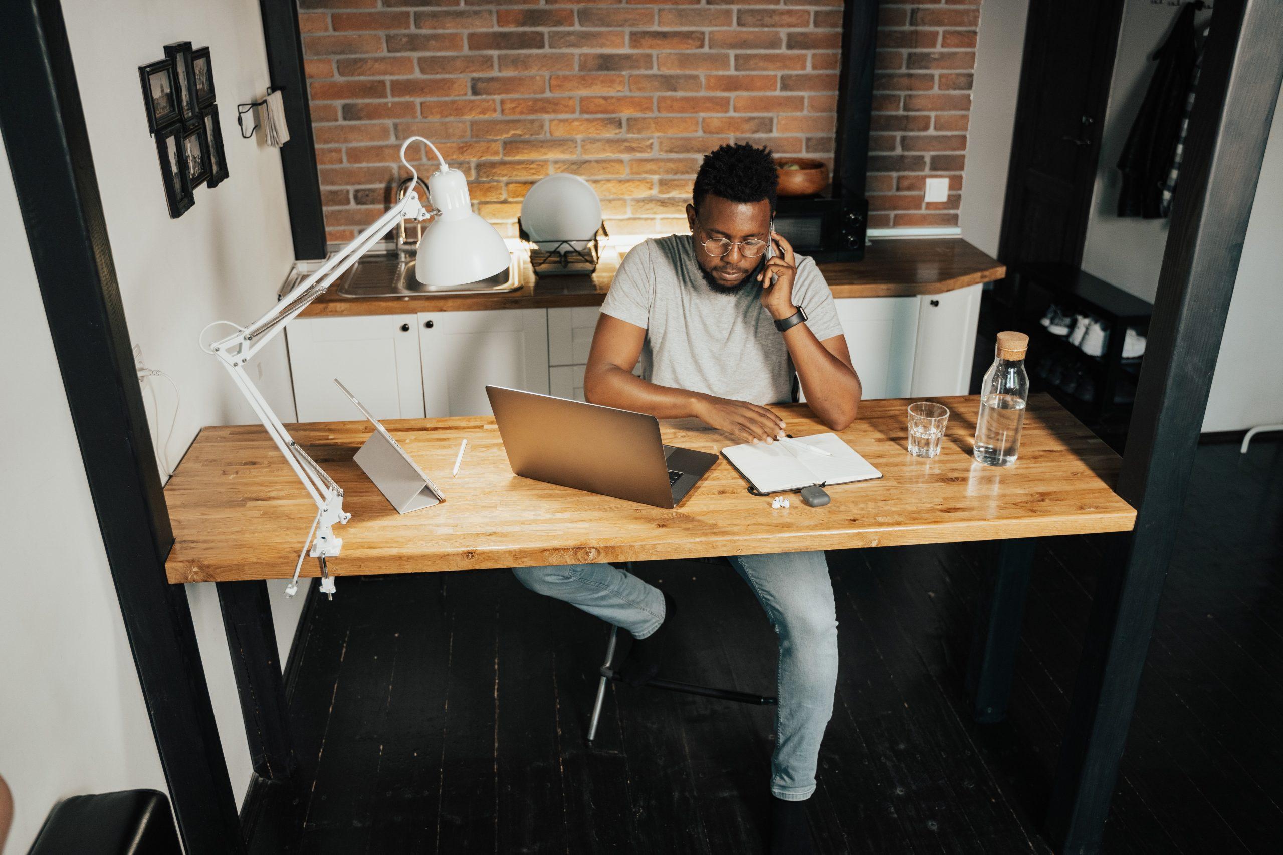 Hombre trabajando en remoto
