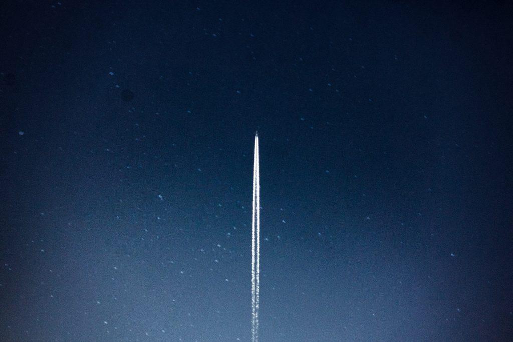 Imagen de un cohete despegando