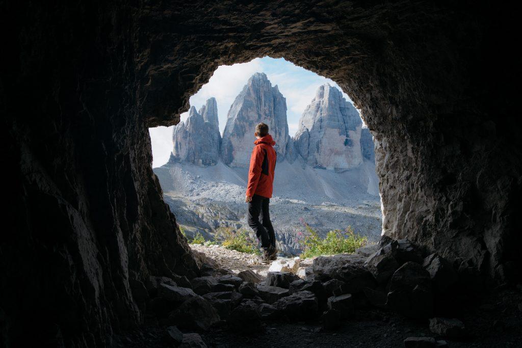 Persona que ha salido de una cueva al exterior