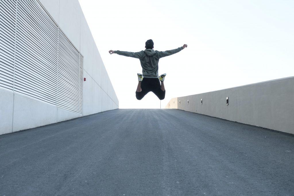 Hombre saltando feliz