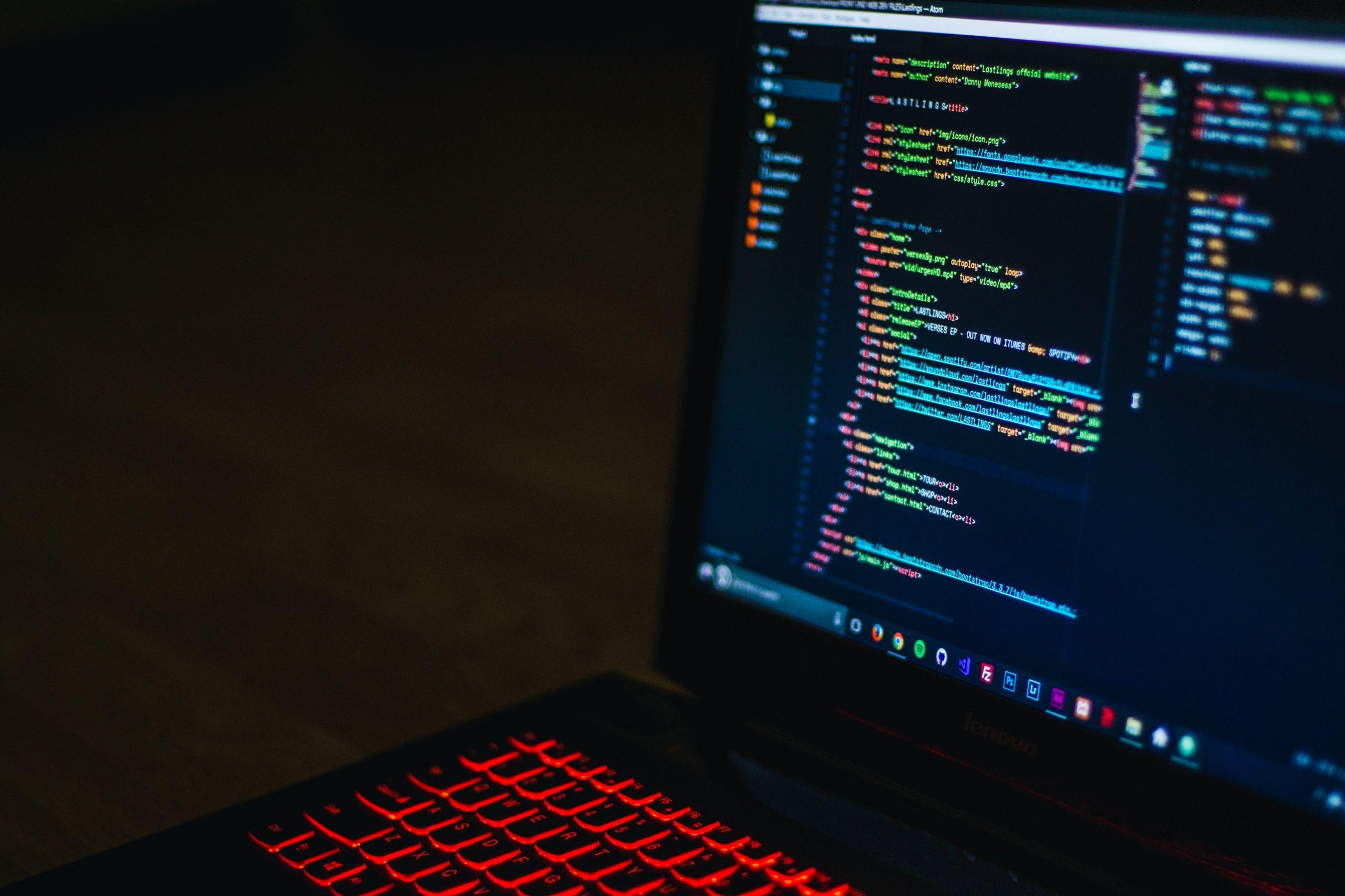 Imagen de un PC con un entorno de desarrollo encendido