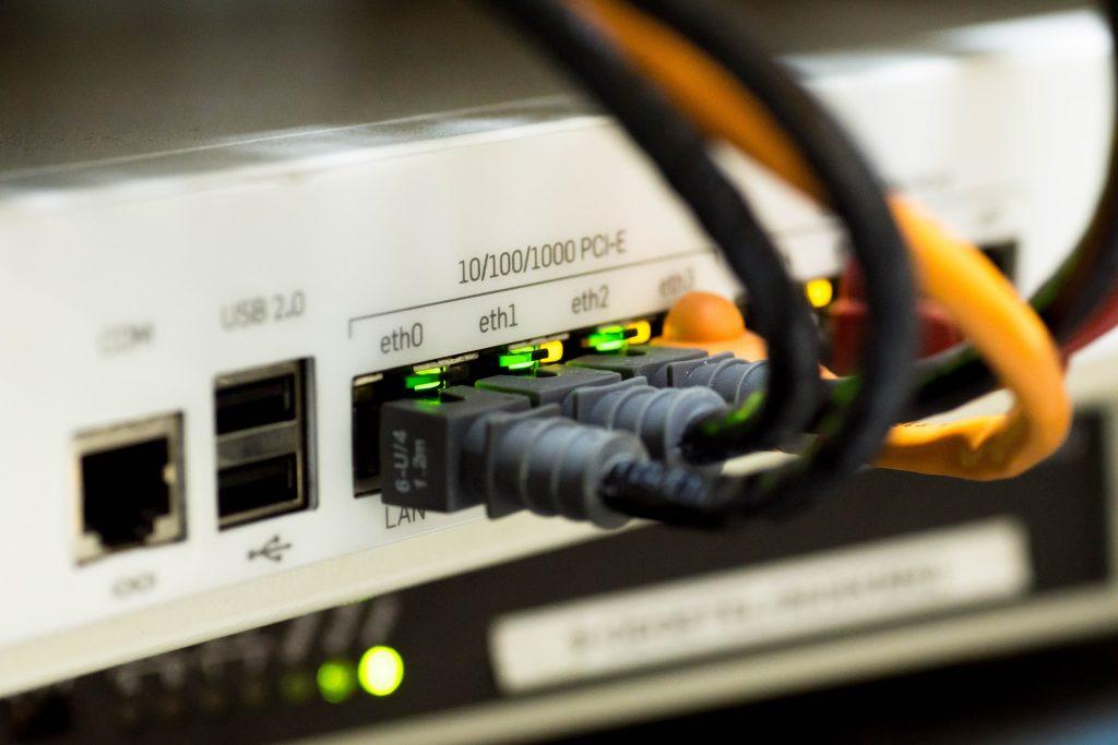 Cables Ethernet conectados a un router