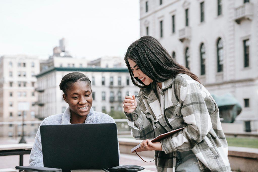 Dos chicas estudiando juntas