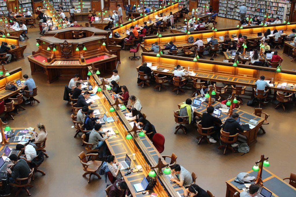 Estudiantes estudiando en una biblioteca