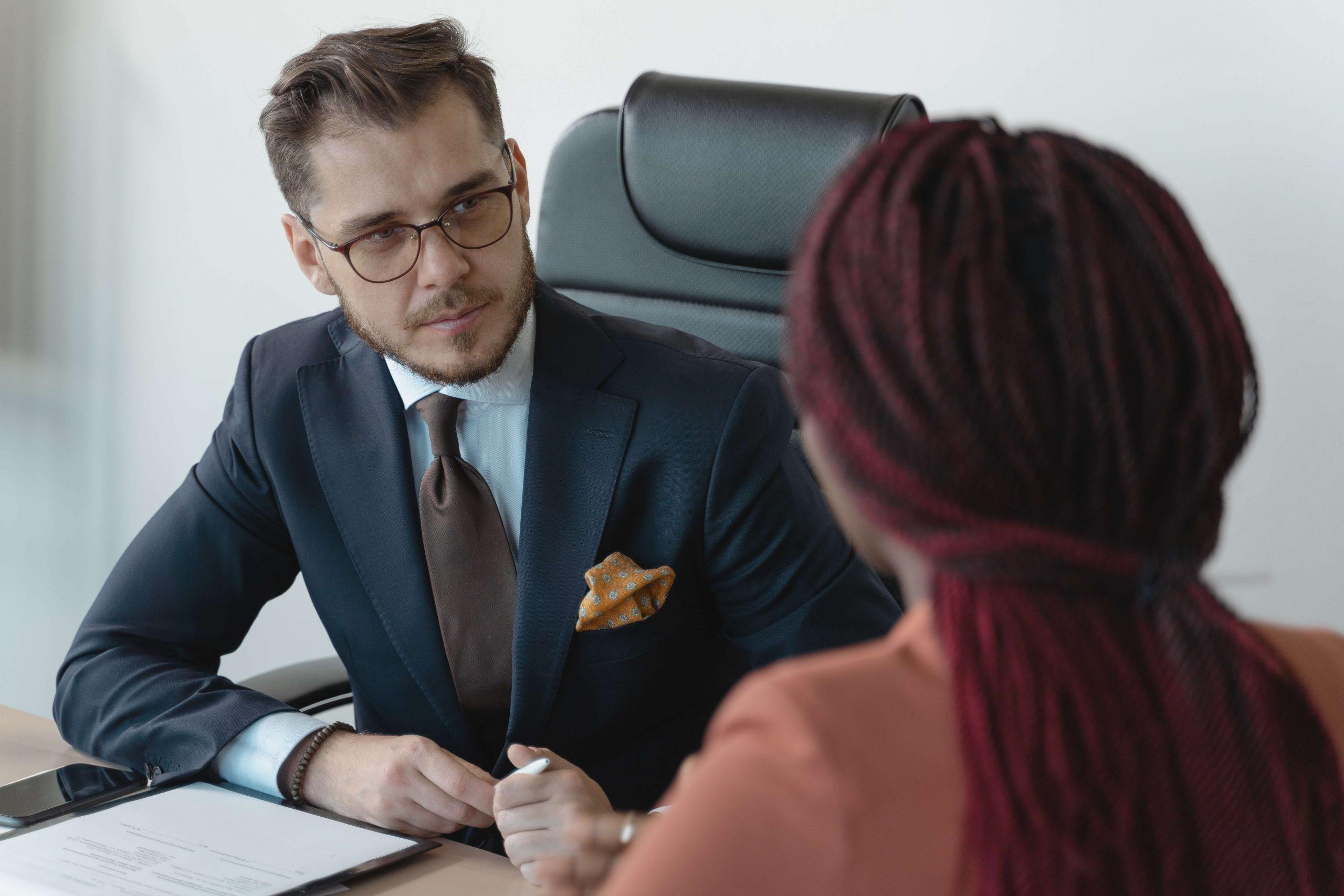 Imagen de un IT Recruiter haciendo una entrevista de trabajo