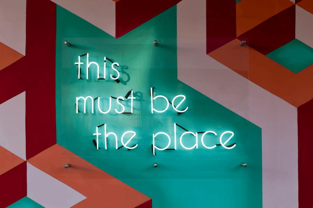 """Imagen de un lugar con letras iluminadas que pone """"This must be the place"""""""