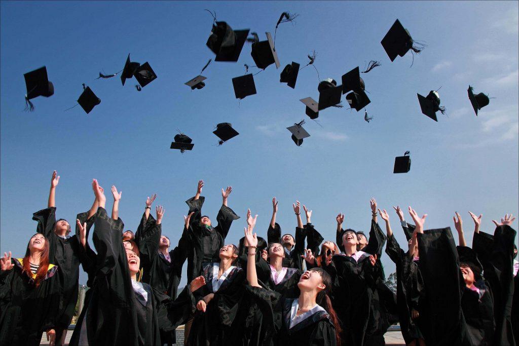 Universitarios celebrando su graduación
