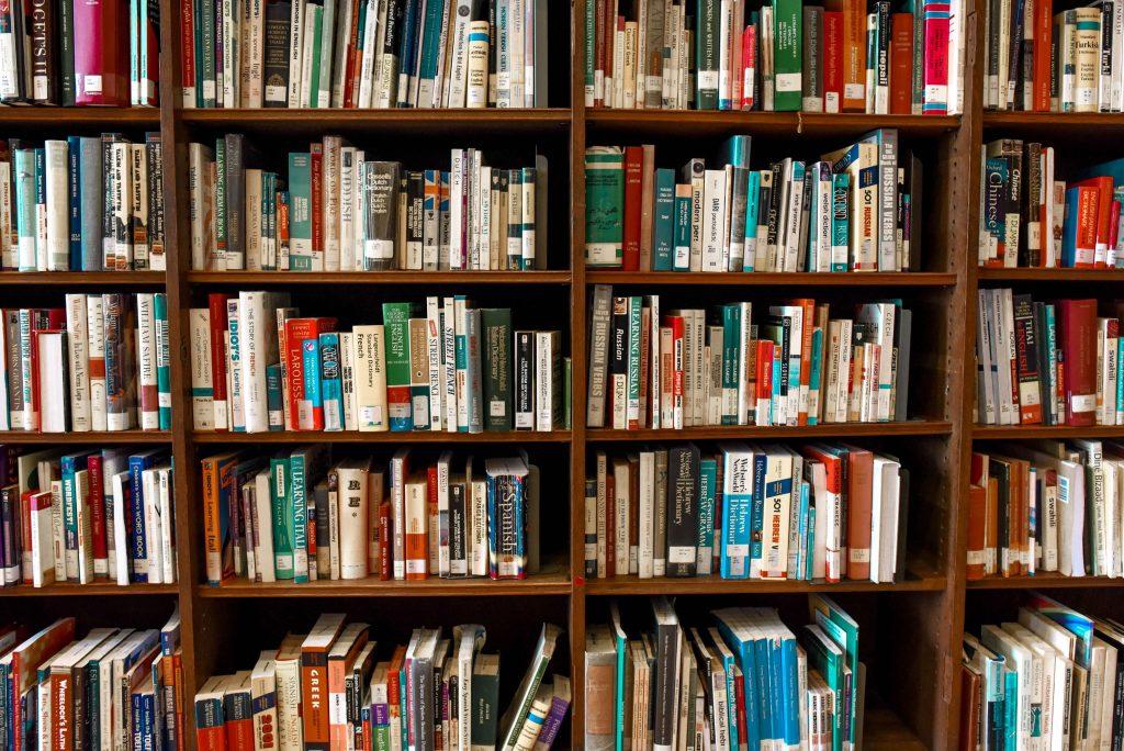 Imagen de una estantería llena de libros