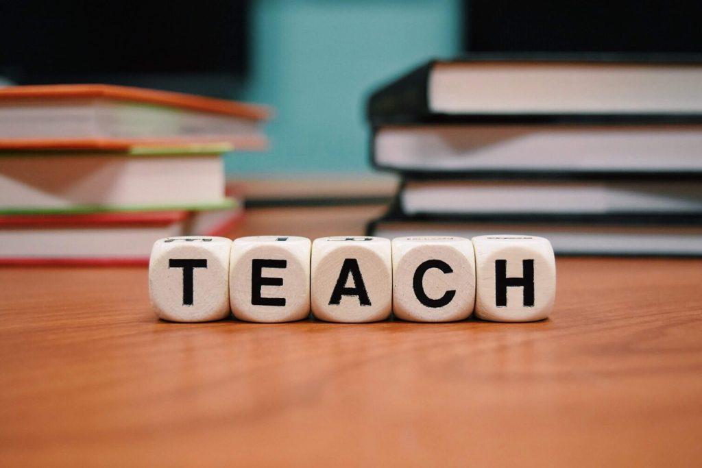 """Imagen de unos dados con la palabra """"Teach"""""""