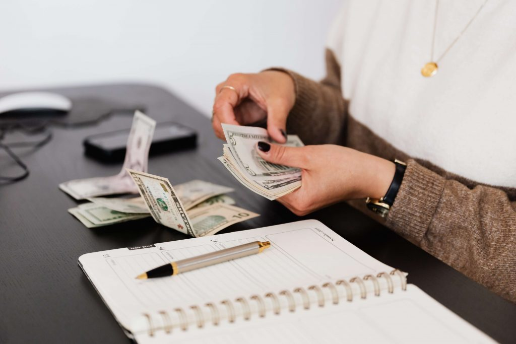 Una persona contando dinero