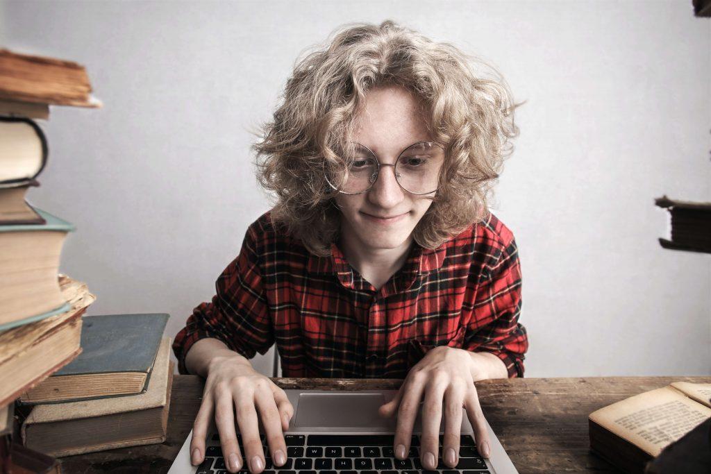 Imagen de un nerd estudiando