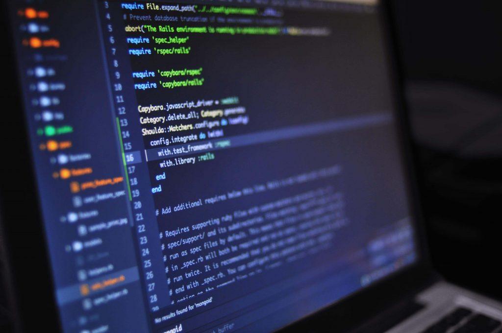 Imagen de un editor de código con código desarrollado por un programador