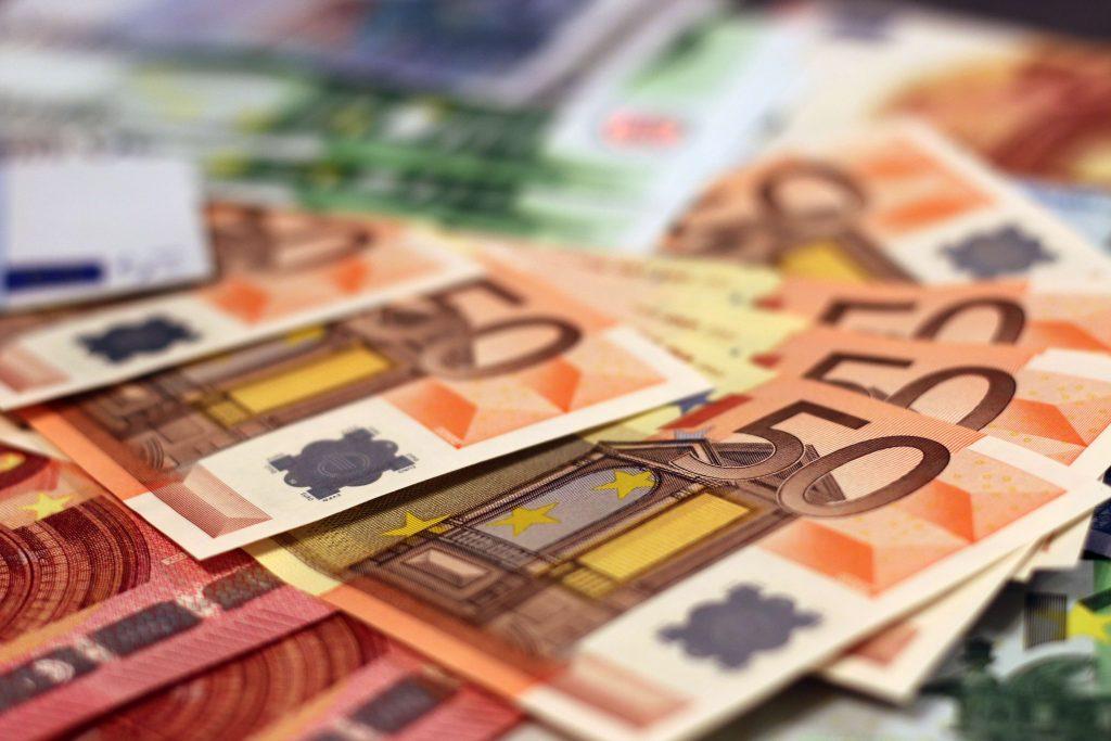 Billetes de 50 € y otros billetes de euros encima de una mesa
