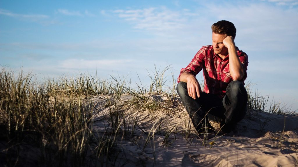 Persona pensando en una playa