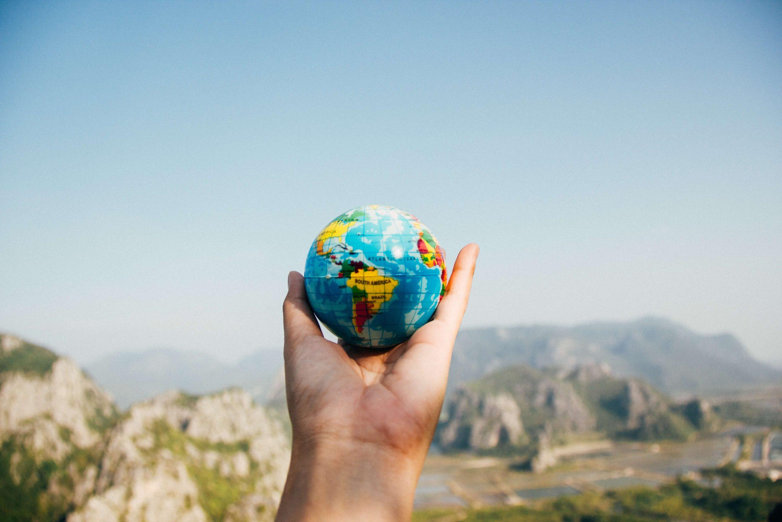 Imagen de una mano sosteniendo una bola del mundo