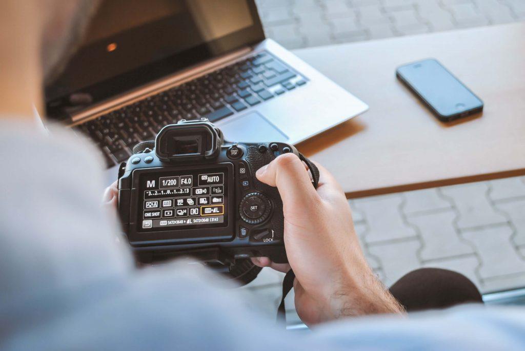Imagen de una persona con una cámara de fotos digital