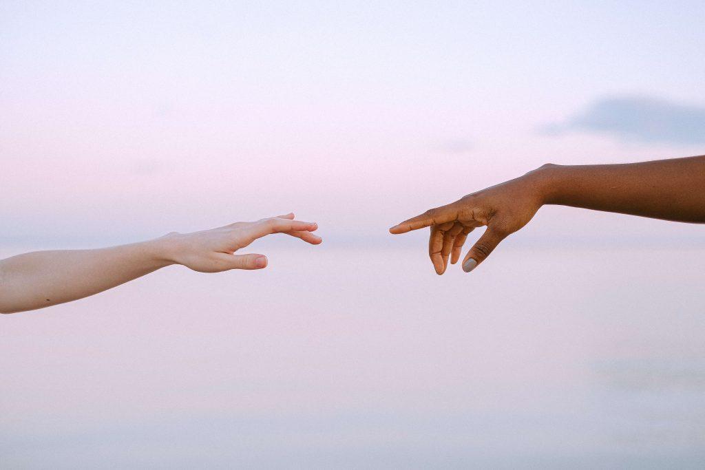 Imagen de dos personas acercando sus manos