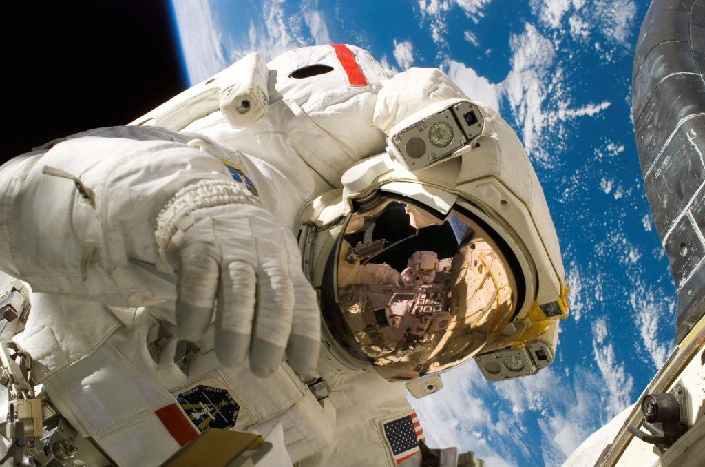 Astronauta con la Tierra detrás