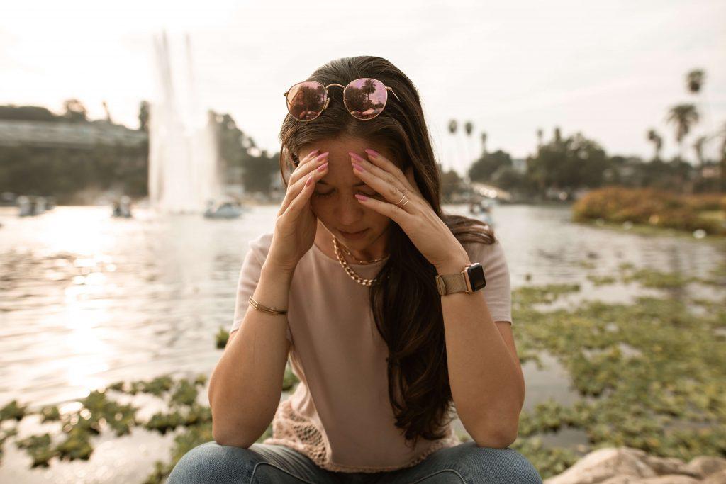 Persona angustiada llevándose las manos a la cabeza para pensar