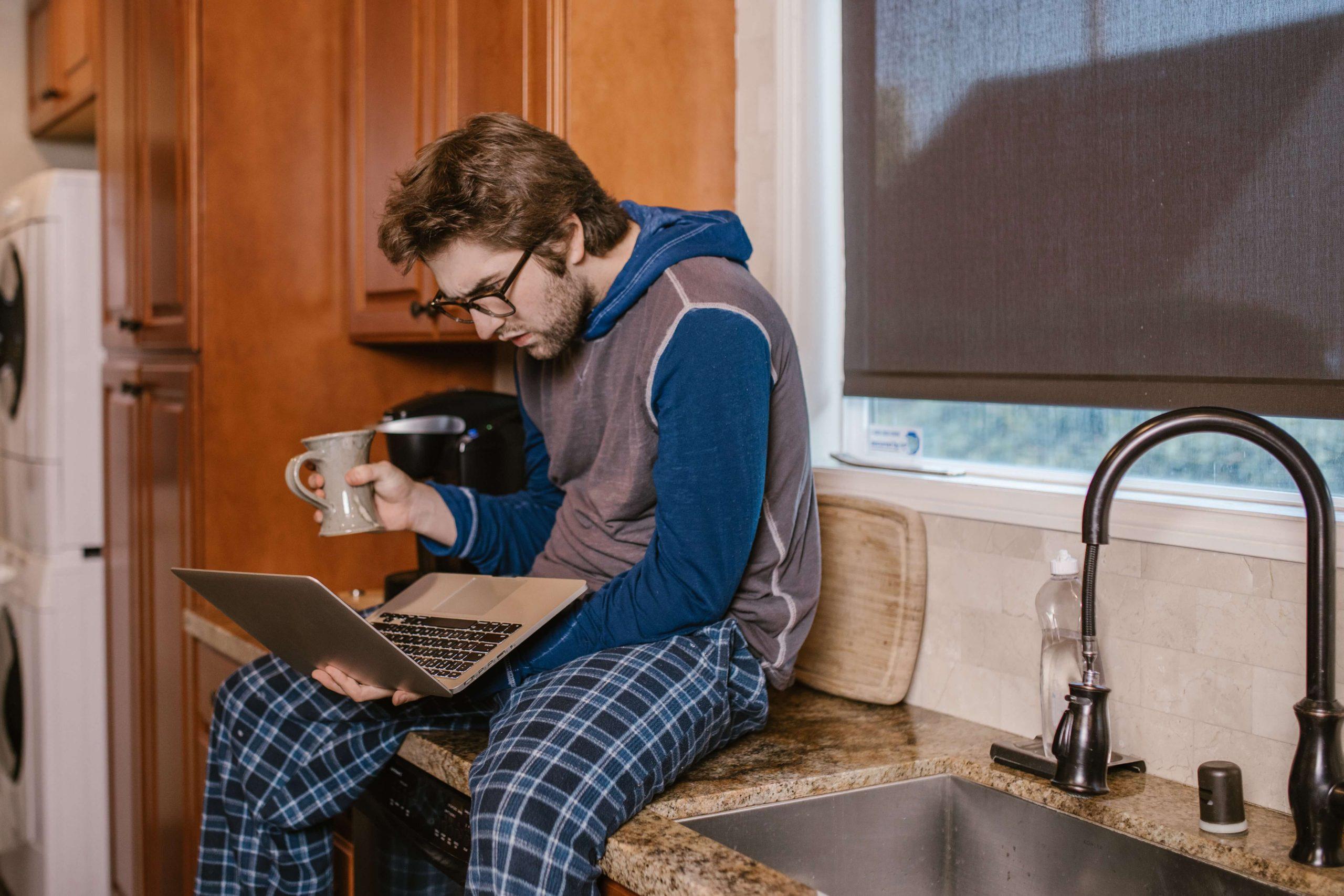 Ejemplo de un programador junior trabajando en casa
