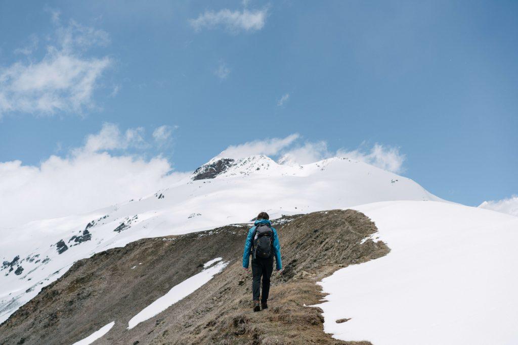 Imagen de una persona escalando una montaña