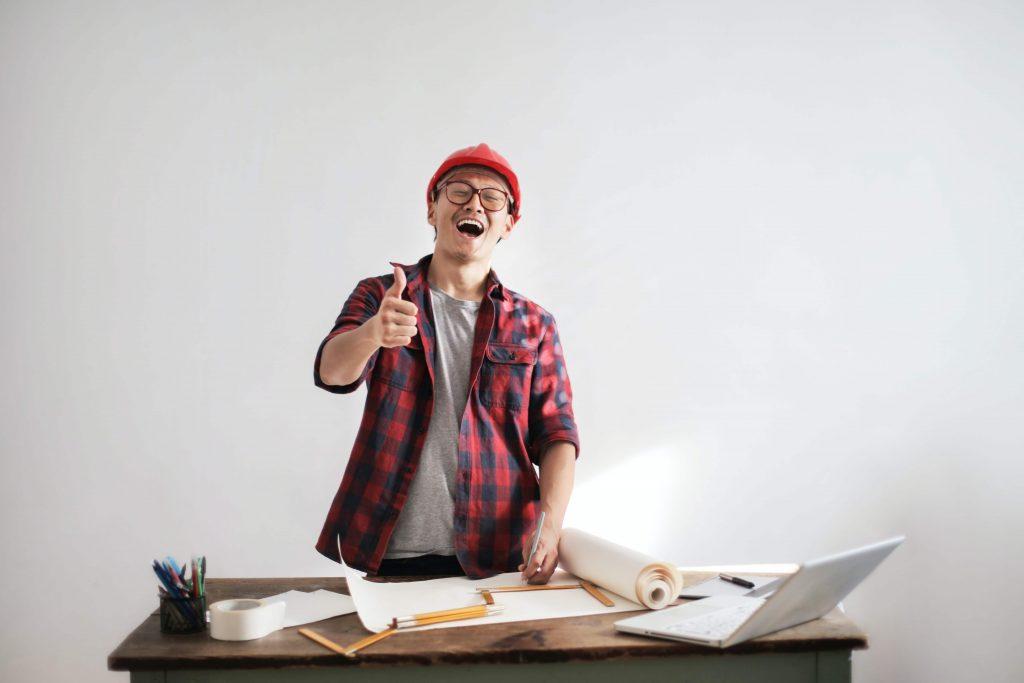 Imagen de una persona trabajando sonriendo