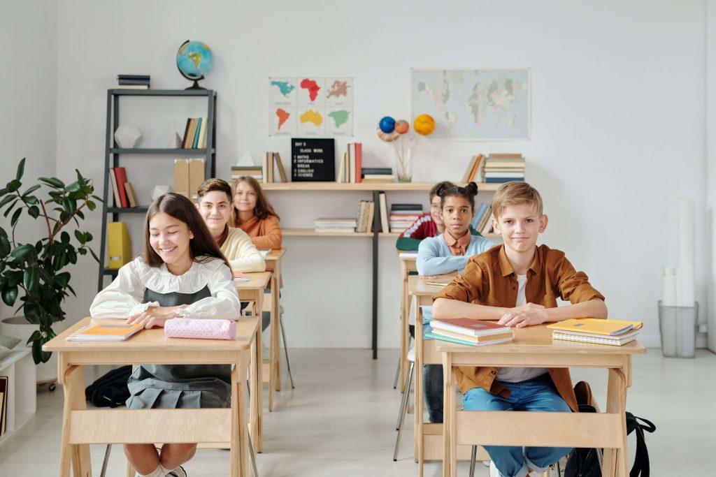 Niños aprendiendo en clase