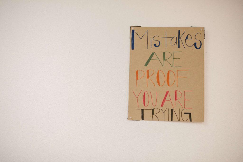 """Imagen de un cartel en inglés que pone """"Los errores son la prueba de que estás intentándolo"""""""