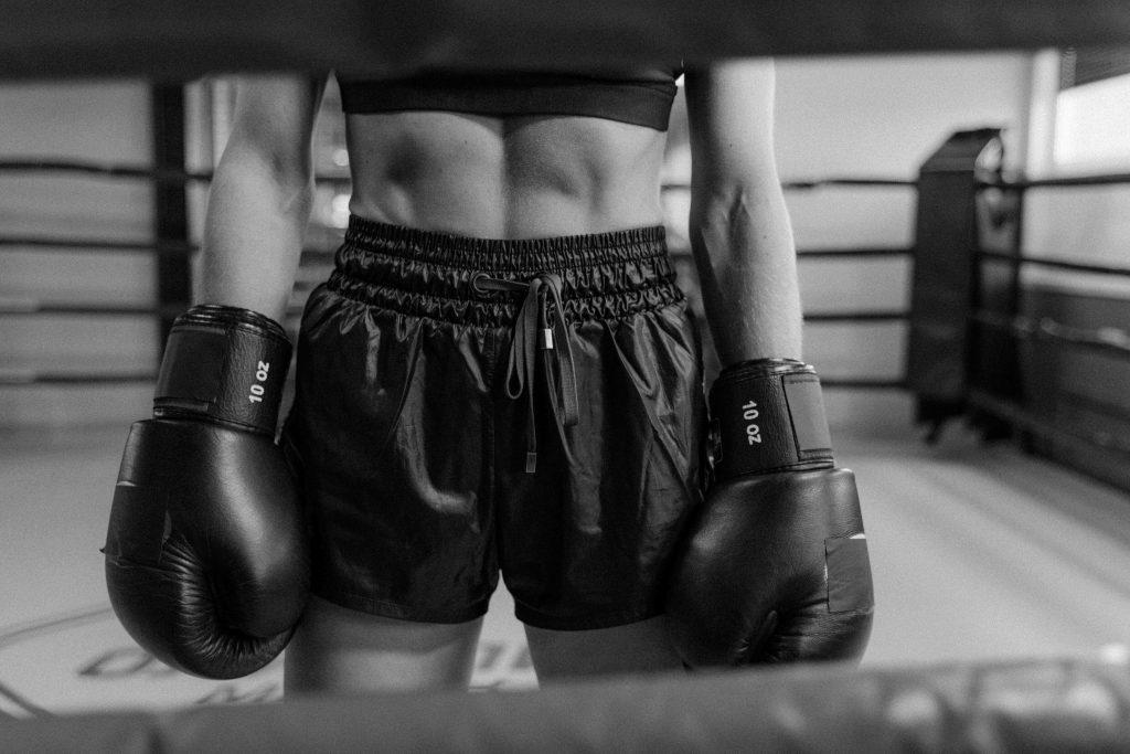 Imagen de una persona con unos guantes de boxeos puestos