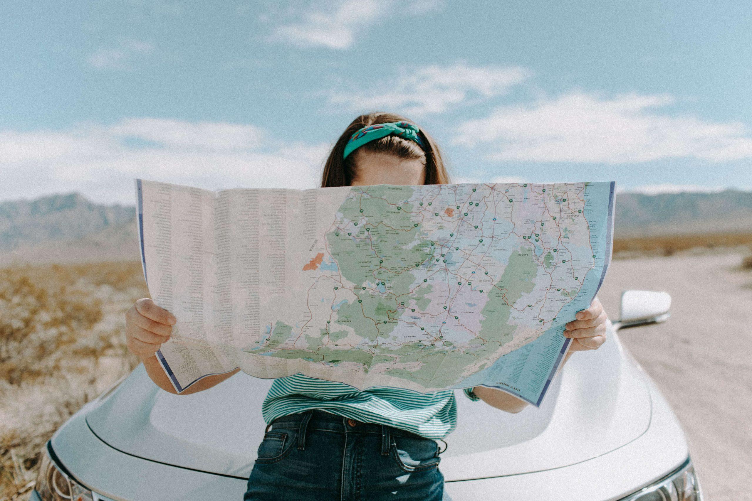 Mujer mirando un mapa