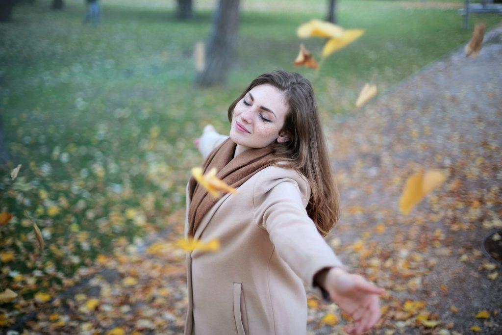 Mujer feliz en un parque