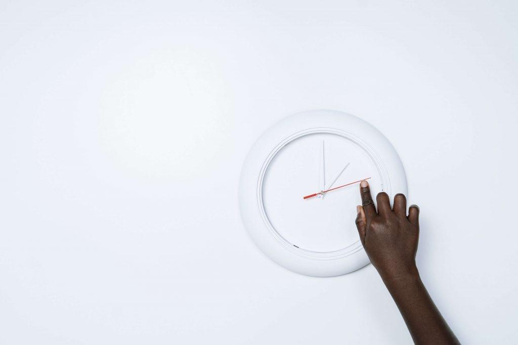 Una persona cambia la hora de un reloj